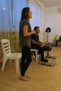 שיר ופיתוח קול בסדנה למשחק של אייל רוזלס