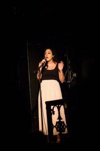 הופעת שירה במופע הסיום של הסדנה למשחק של אייל רוזלס